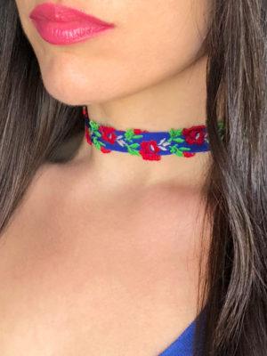 collar choker bordado azul con rosas rojas modelo