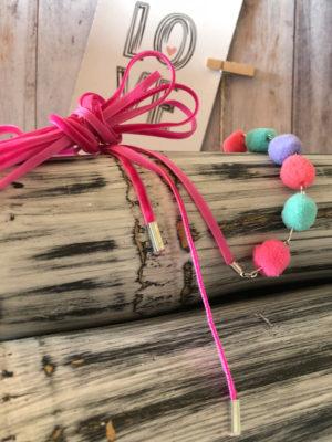 choker rosa largo con bolas de colores