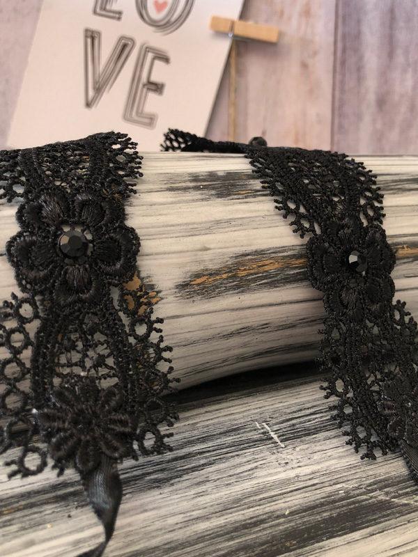 collar de encaje negro con margaritas materiales