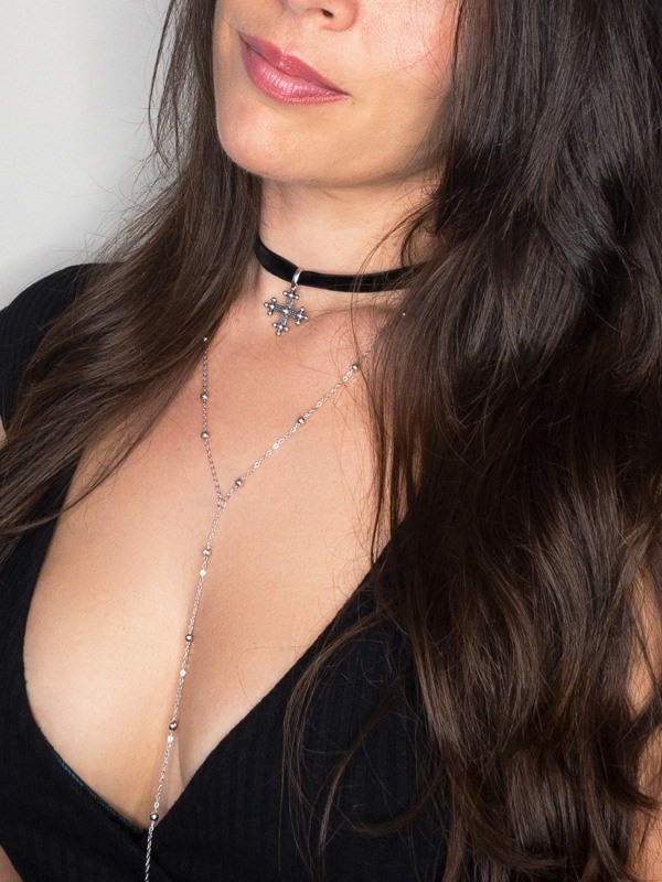 gargantilla negra ajustada al cuello con cadena larga