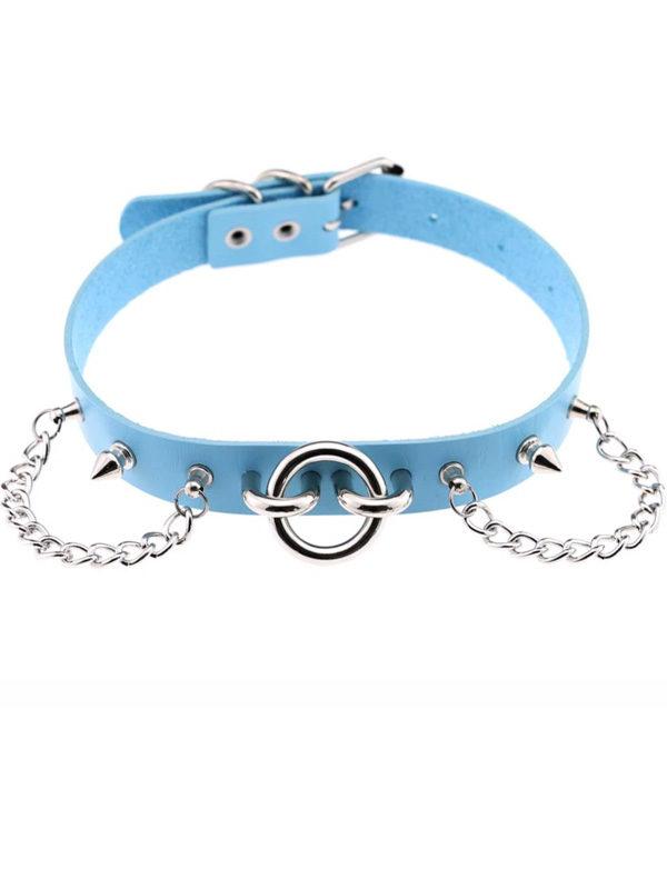 collar choker azul con aro cadenas y pinchos pegado al cuello