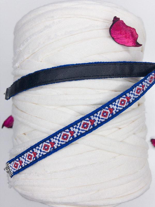 collar azul marino con rombos rojos producto