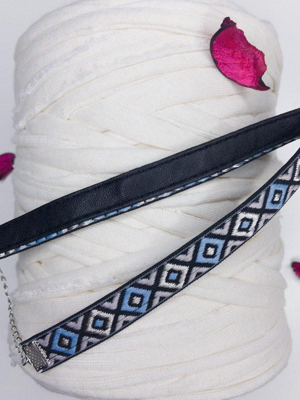 choker bordado azul claro con rombos producto