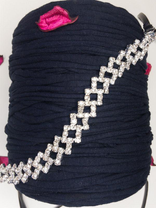 collar de cuero largo con diamantes frontal