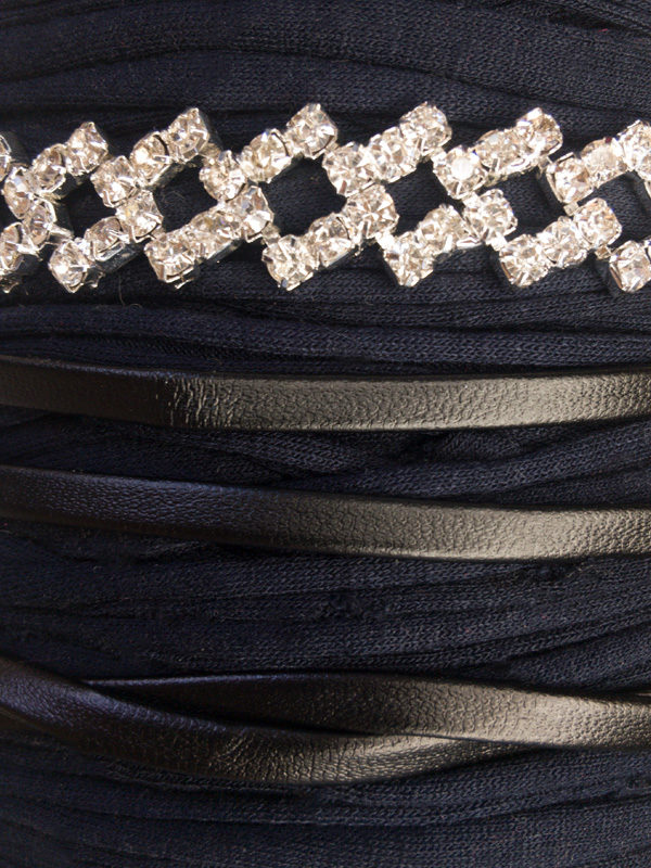 gargantilla de cuero largo con diamantes materiales
