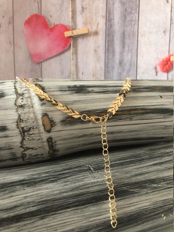 collar dorado en forma de espiga cierre