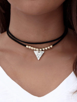 choker con piedra triangular color blanco