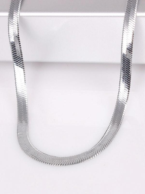 cadena plateada elegante mujer